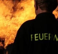 Feuerwehrmann bekämpft Brand